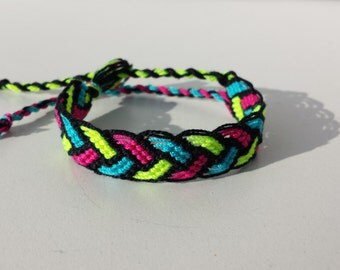 Knotted friendship bracelet, braid pattern