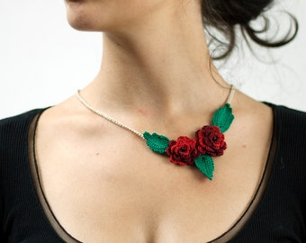 Crocheted necklace with roses and leaves