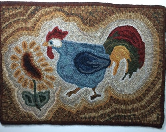 This primitive , hand drawn rug hooking pattern shows a cute rooster and sunflower. This would make a great Wall  hanging or floor mat.