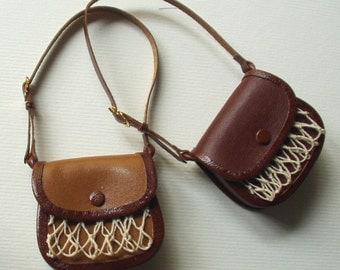 borsa da caccia a tracolla in pelle bicolore, fattura artigianale, scala 1/12