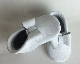 White Leather Baby Moccasins with Bows, baby moccasin, white moccs, white leather shoes, white baby moccs, white moccasins