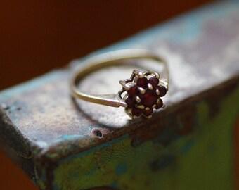 Garnet daisy cluster ring - gold 9ct - vintage