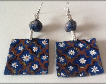 Earrings in papermachè hand painted.