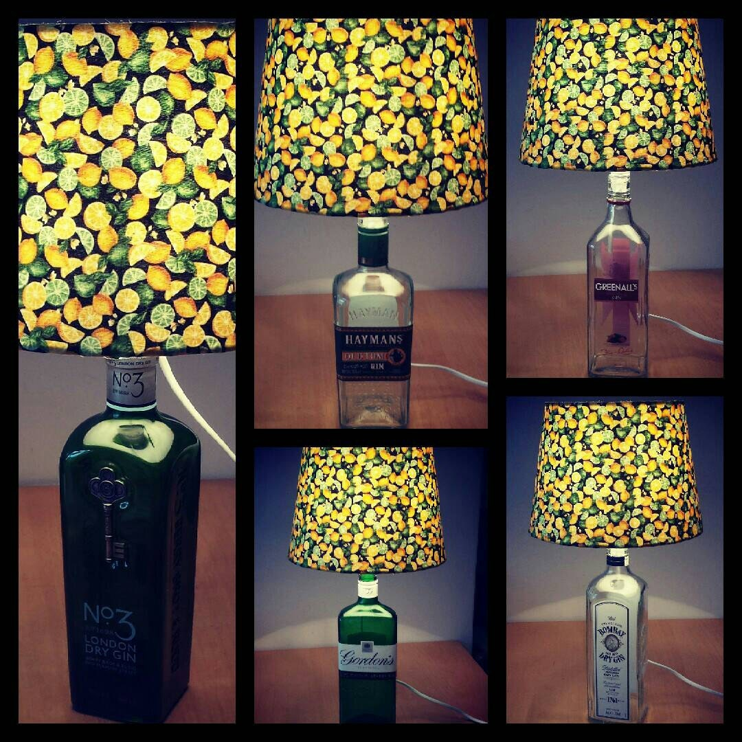 lampe bouteille de gin avec citron abat jour de chaux lampe. Black Bedroom Furniture Sets. Home Design Ideas