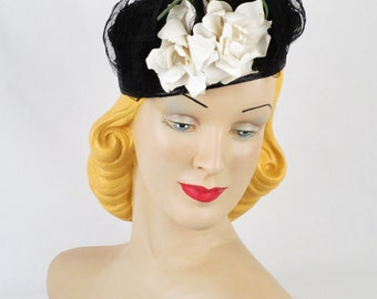 Vintage 1940s Hat Black Straw Tilt w/ White Rose Sz 22