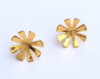 Gold curved star post earrings