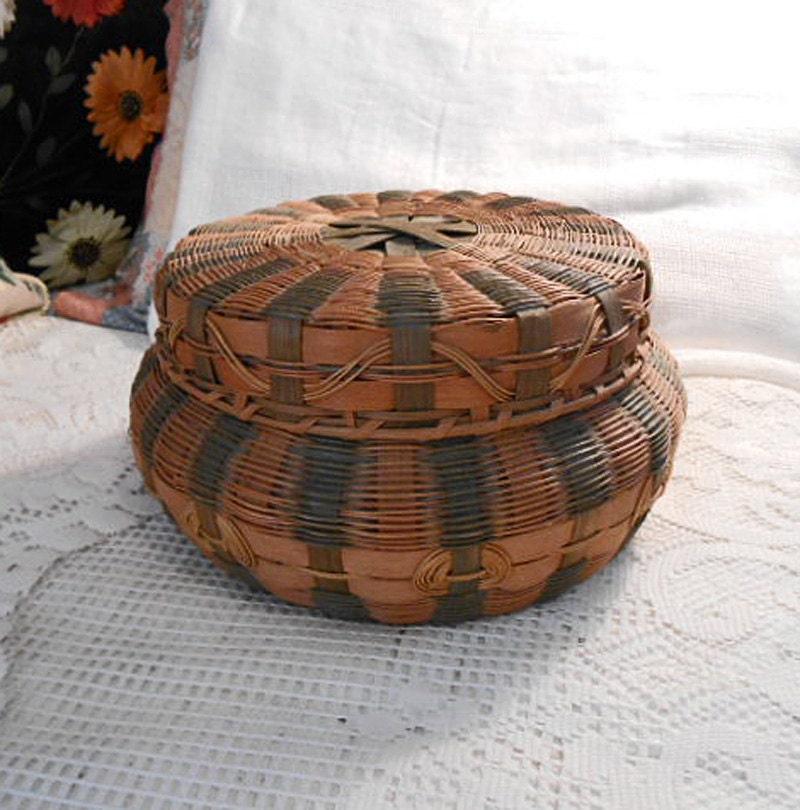 Woven Disc Basket : Large woven tan black straw bamboo round basket vintage