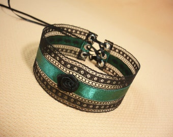 Elegant Textile Choker in Black and Forest Green, Gothic and Renaissance Lace Satin Necklace with Rose, Halsband Baroque