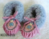 Child's Moccasins By Desi, Size 10.5  Keyhole beaded design, Pink Lambskin leather, sheepskin fur, Girl, Toddler, Pow Wow, Boho, Hippie, New