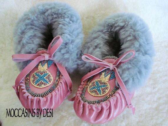 Child's Moccasins By Desi, Size 10.5  Keyhole beaded design, Pink Lambskin leather, sheepskin fur, Girl, Toddler, Pow Wow, Boho, Hippie, New