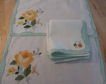 Place Mats and Napkins Vintage Cotton 2 Place Mats and 4 Napkins Flowered Napkins and Place Mats