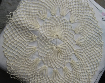 Vintage ivory 20  inch doiley