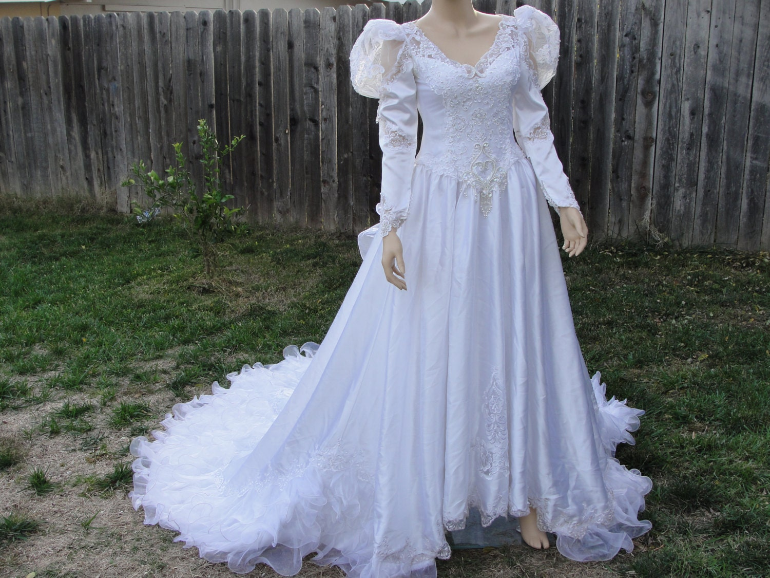 vintage 1980s ruffle wedding gown dress with back zipper. Black Bedroom Furniture Sets. Home Design Ideas