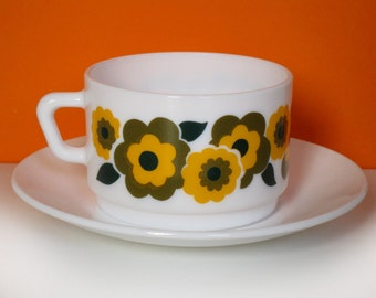 XL Arcopal Lotus cup, flowers, yellow and green, French 1970s kitchen, retro mugs for coffee or soup