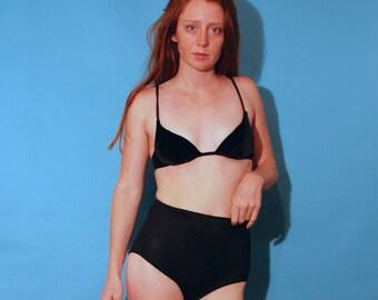 black size 6 Anne Klein for Sirena velour velvet clasp in back padded bra