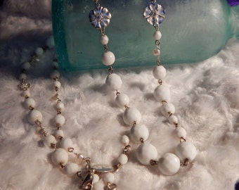 Whte House Black Market - White Multi-Fauceted Glass Bead Necklace w Floral Inserts