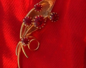 Pretty Vintage Valentines Brooch with 5 red stones