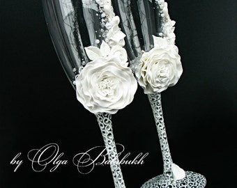 White champagne wedding glasses with a beautiful white flower - Wedding toasting flutes - Wedding favor handmade - Wedding Gift idea