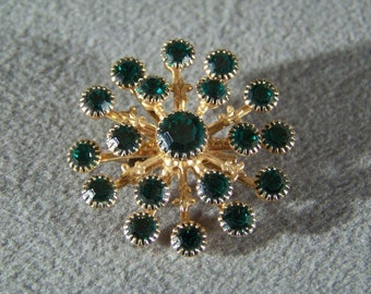 Vintage Yellow Gold Tone Multi Round Emerald Green Rhinestone Domed Round pin brooch     RL