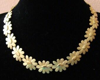 Vintage gold tone daisy necklace
