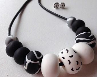 Black/white patterned necklace