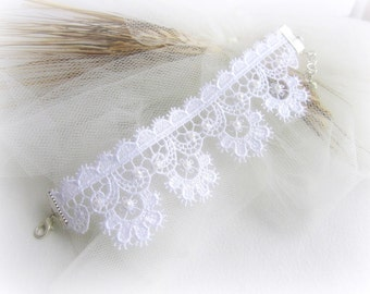 White lace bracelet, embroidered lace bracelet, wedding lace bracelet, bridesmaid bracelet, bridal bracelet, lace jewelry