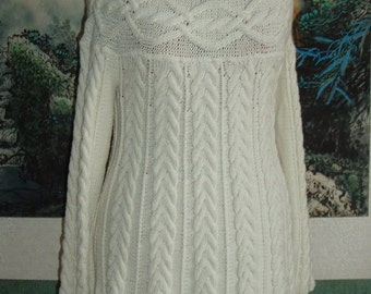 Knitted dress with braids and basque wool.