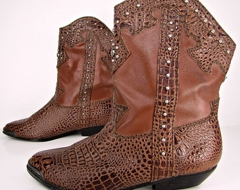 AWESOME vintage 1980s brown VINYL studded cowboy BOOTIES faux lizard snake skin ankle boots western vegan womens 8 B cuban heel vegetarian