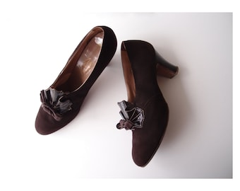 1930s Deco Fan heels / vintage 30s Dark Brown doeskin Suede Foot-Rest Shoes by Krippendorf ... sz 5-6