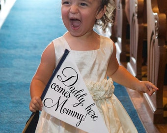 Daddy Here Comes Mommy Wedding Sign Small Toddler Ring Bearer Flower Girl Daughter Son Parents Getting Married Classic Script 1032