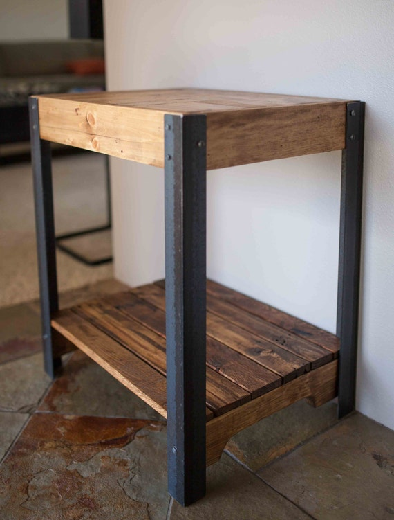 Pallet wood side table with metal legs and lower shelf - Fabriquer table palette ...