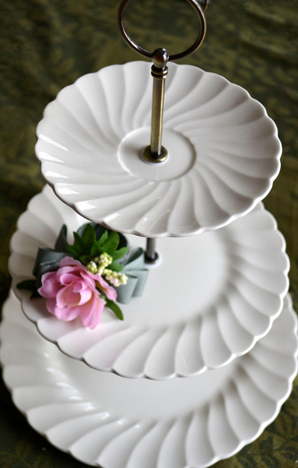 how to cut and serve tiered wedding cake 3 tiered white serving tray wedding cake stand three tier 15619