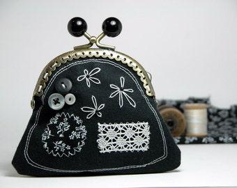 Monedero hecho con materiales reciclados y boquilla metalica de 9 cm