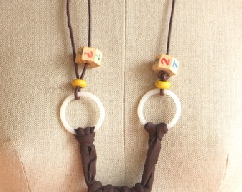 Crochet assemblage serie: Jersey necklace with wood beads