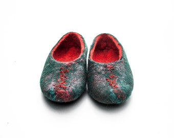 Toddler girl slipper made in red and green natural wool hand embroidered with red beads