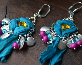 Boucles d'oreilles ethniques, chutes de sari turquoise et cabochon strass