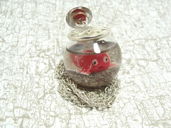 Sautoir poisson rouge dans son aquarium bocal en verre for Aquarium bocal poisson rouge