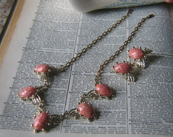 Vintage Gold Metal and Salmon Mottled Cabochon Necklace and Clip On Earrings