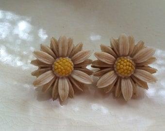 Adorable Daisy Sarah Coventry Vintage earrings
