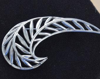 Pretty Vintage Silver tone Contemporary Crescent Brooch, Pin (G8)