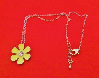 """20% off sale ADORABLE Vintage 18"""" silver tone necklace with 1"""" yellow enameled daisy pendant, in great condition"""