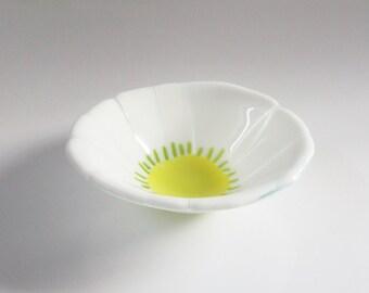 Daisy Design // Fused GLass ARt GLass BowL // Flower // Candy // Trinket // Serving // Display // Home Decor // Summer // Garden // Cheerful