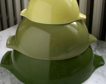 REDUCED PRICE Pyrex Spring Green Verde Nesting Mixing Bowls Set of Three
