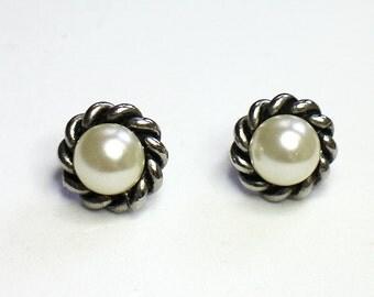 Vintage faux pearls earrings