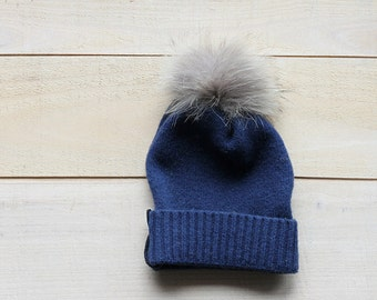 bonnet de laine et pompom de fourrure bleu -blueupcycled wool and fur pompom  hat