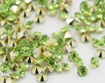24 rhinestones SS23, resin, Ø5mm, perdiot green