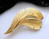 Vintage Sarah Coventry Gold Tone Metal Feather Baroque Flourish Brooch Pin