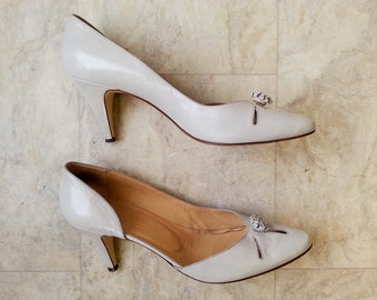 vintage stilettoes . off white high heels. 1960s shoes . size 9