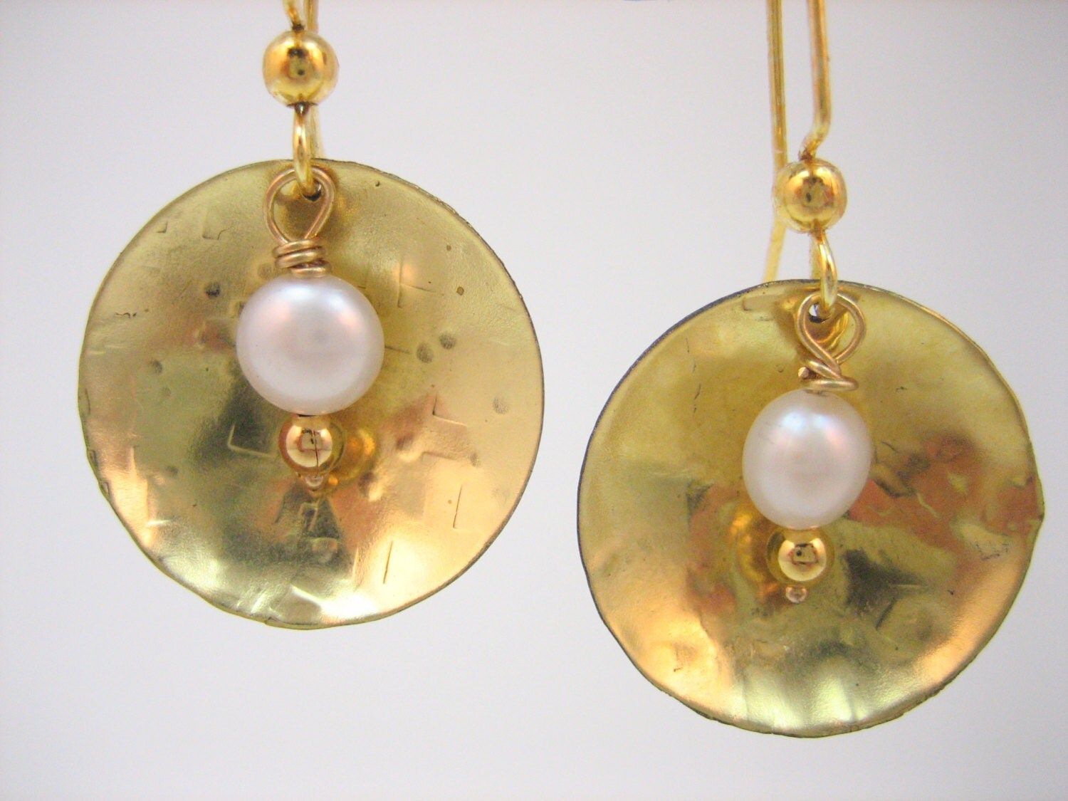 Gold disk earring, hammered jewelry, simple earring, girft for mom, hammered gold earrings with pearls and golden beads