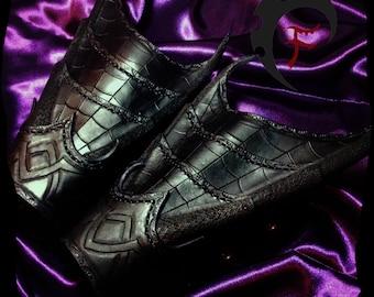 Dark elf leather bracers, drow, elves, costume, larp, larping, cosplay, armor, armour, armure, cuir, brassard
